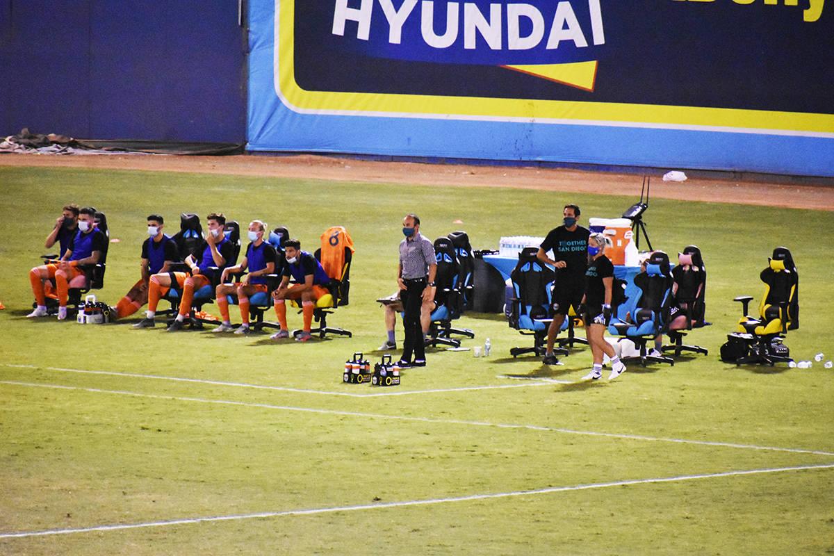 El entrenador de San Diego Loyal SC, Landon Donovan, vivió intensamente el juego de su equipo ...