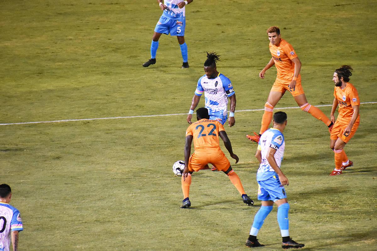 Las Vegas Lights FC empató 1-1 ante su similar de San Diego Loyal SC, en un juego que tuvo emo ...