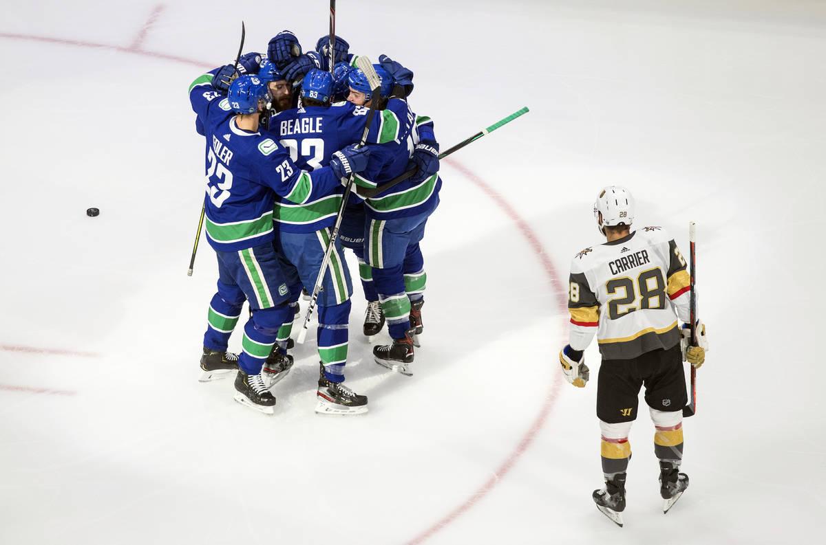 Los jugadores de los Vancouver Canucks celebran un gol del primer tiempo del sexto juego de la ...