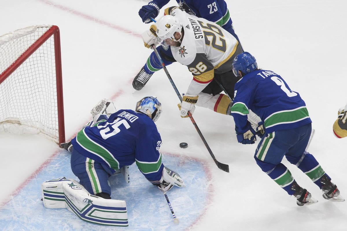 El portero de los Canucks de Vancouver, Thatcher Demko (35), hace una atajada a Paul Stastny de ...