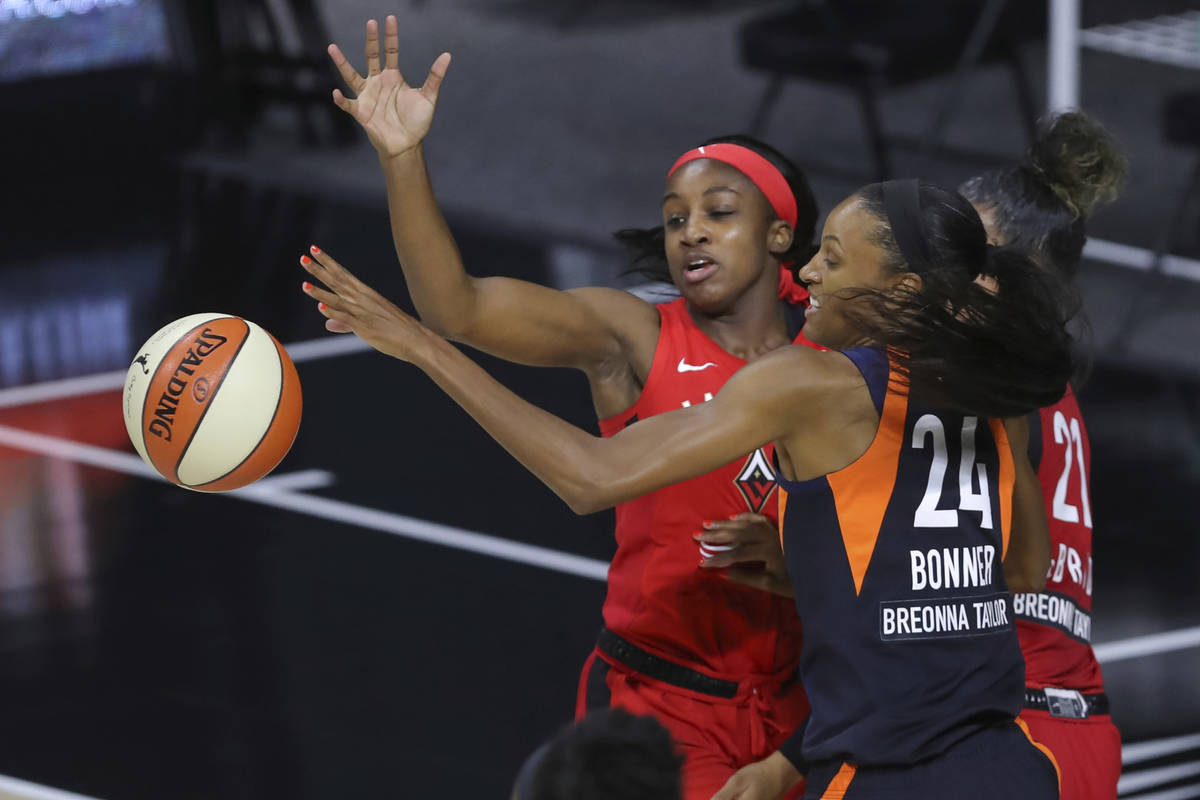 DeWanna Bonner (24) del Connecticut Sun y Jackie Young del Las Vegas Aces alcanzan el balón du ...
