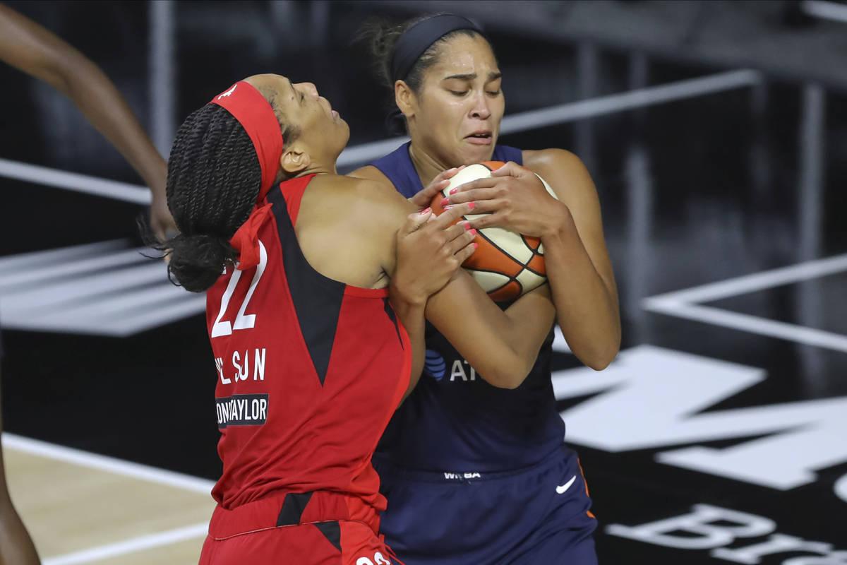 Brionna Jones de Connecticut Sun, derecha, roba el balón de A'ja Wilson de las Aces de Las Veg ...