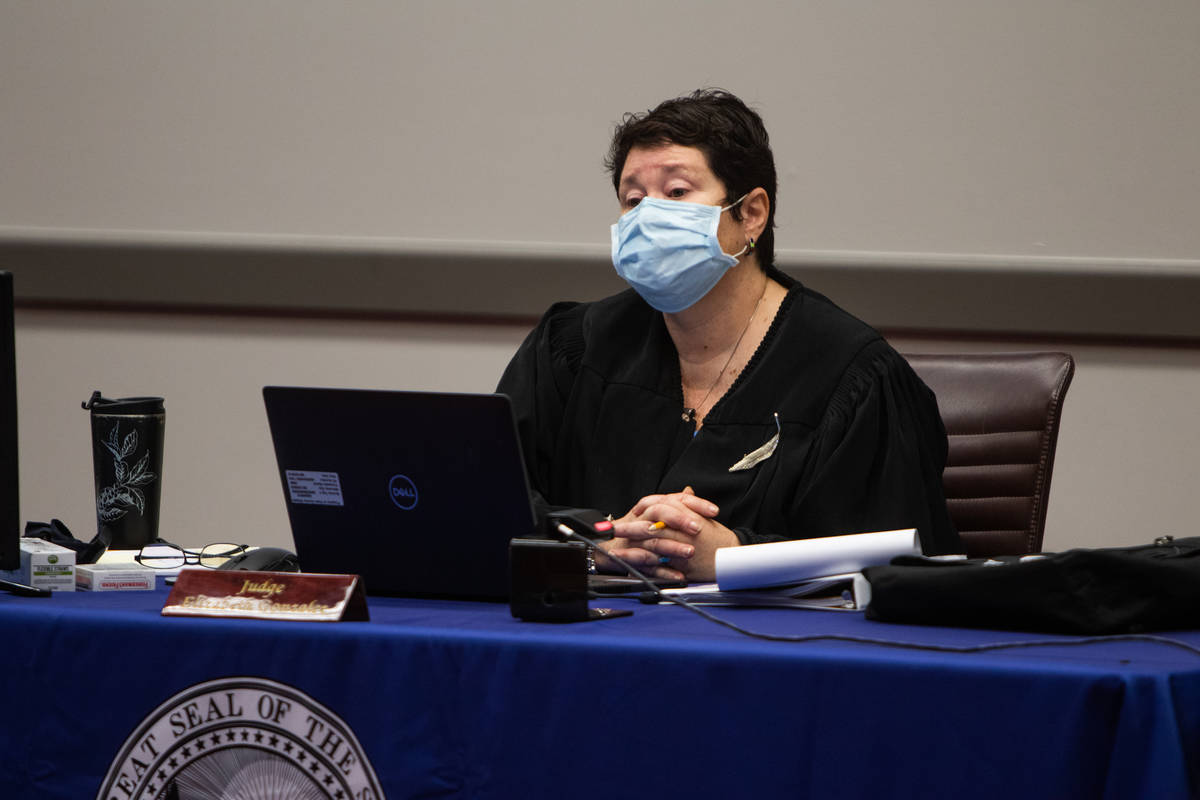 La jueza Elizabeth González escucha las declaraciones iniciales durante el juicio de la licenc ...