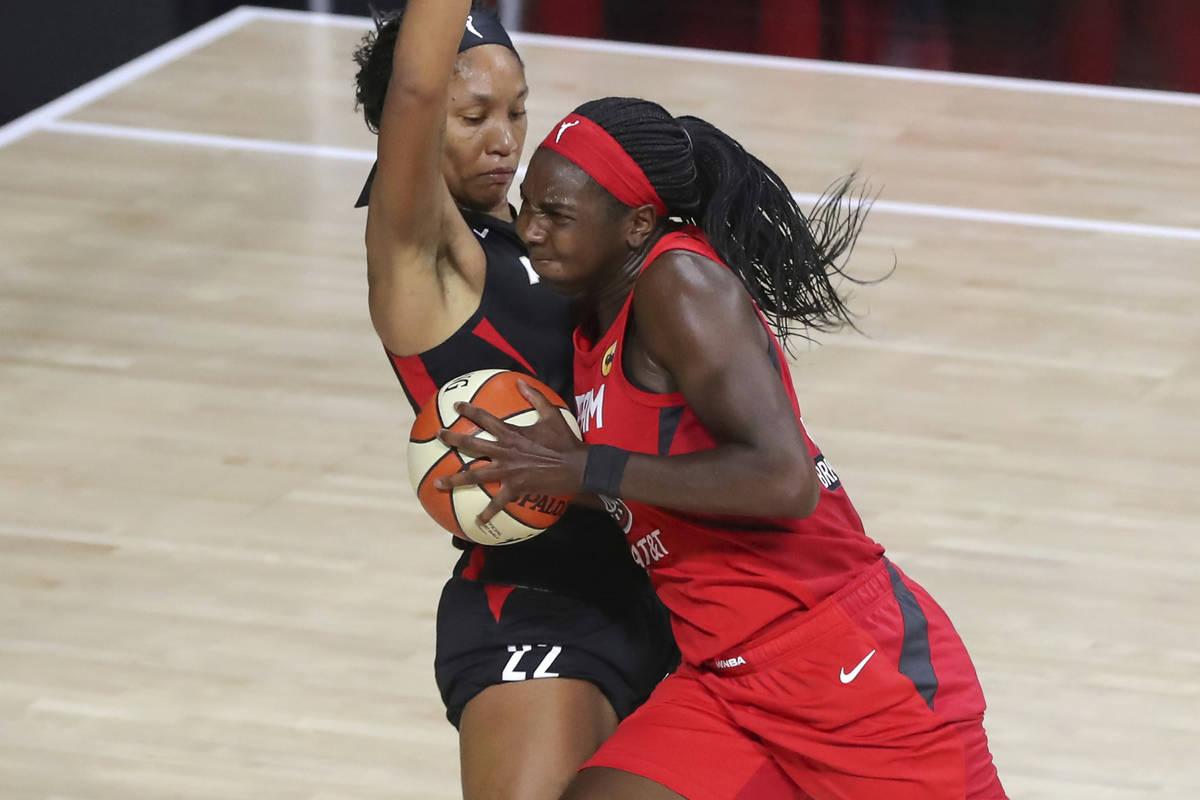Elizabeth Williams de Atlanta Dream, a la derecha, intercepta a A'ja Wilson, de Las Vegas Aces ...