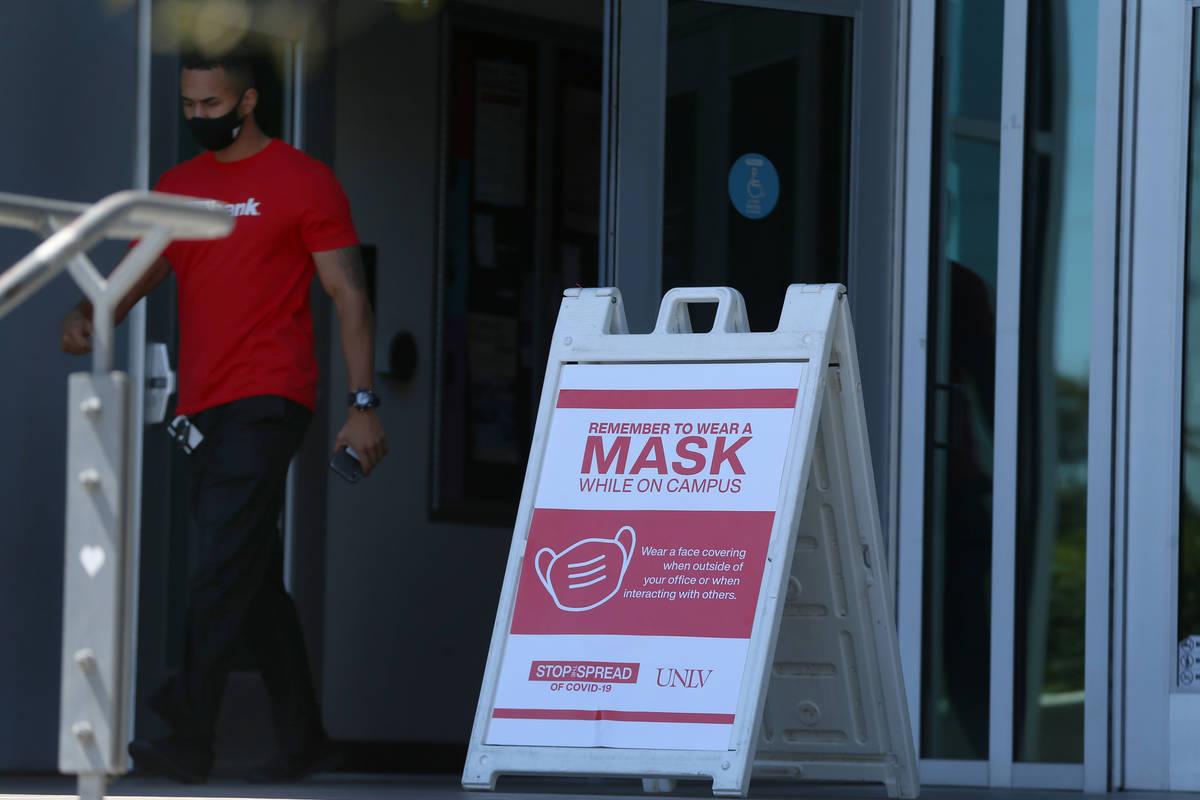 Un letrero recuerda a la gente a usar un cubrebocas en la UNLV en Las Vegas el viernes, 4 de se ...