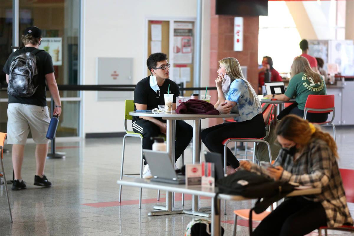 Gente dentro de la Unión Estudiantil en la UNLV de Las Vegas el viernes, 4 de septiembre de 20 ...