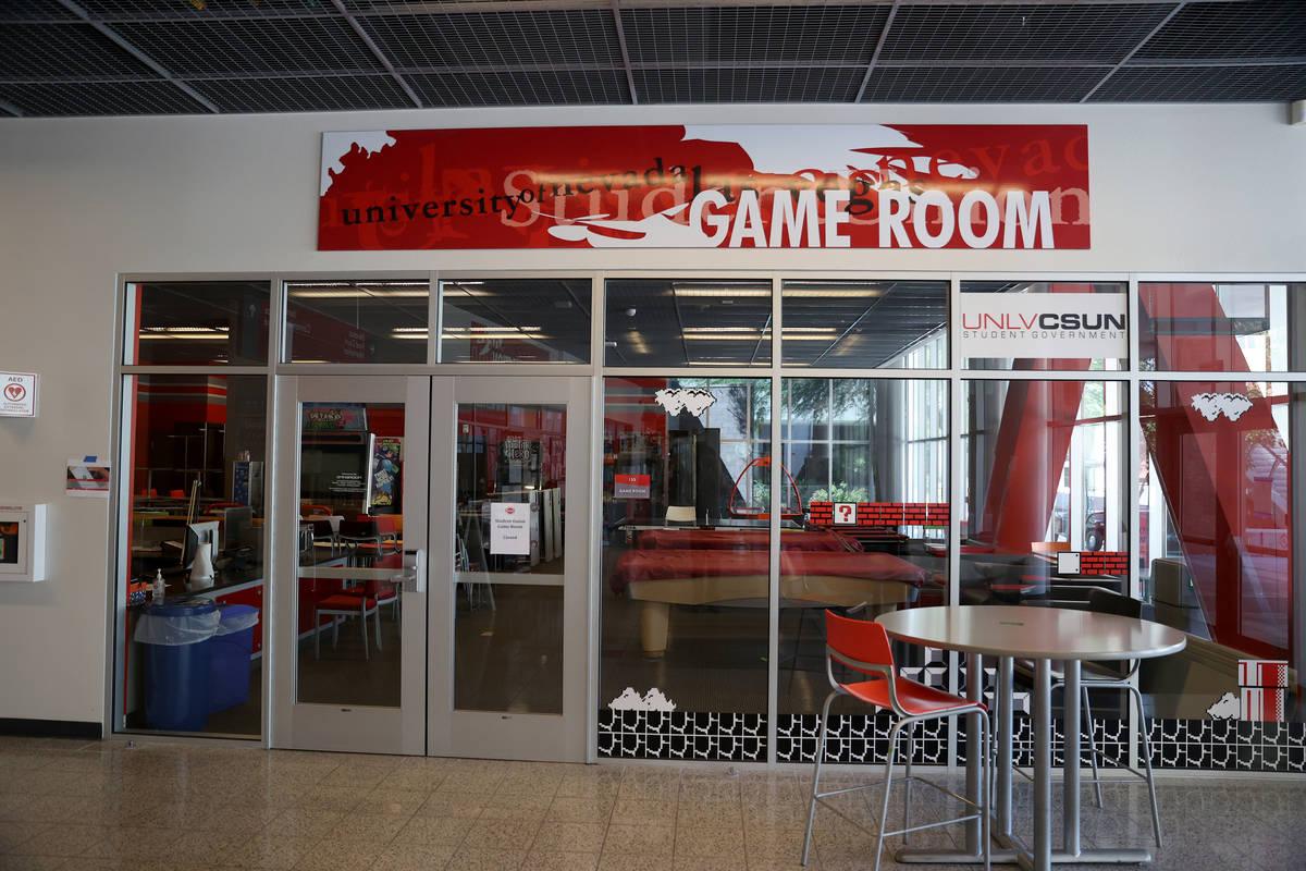 Una sala de juegos cerrada dentro de la Unión Estudiantil en la UNLV en Las Vegas el viernes, ...