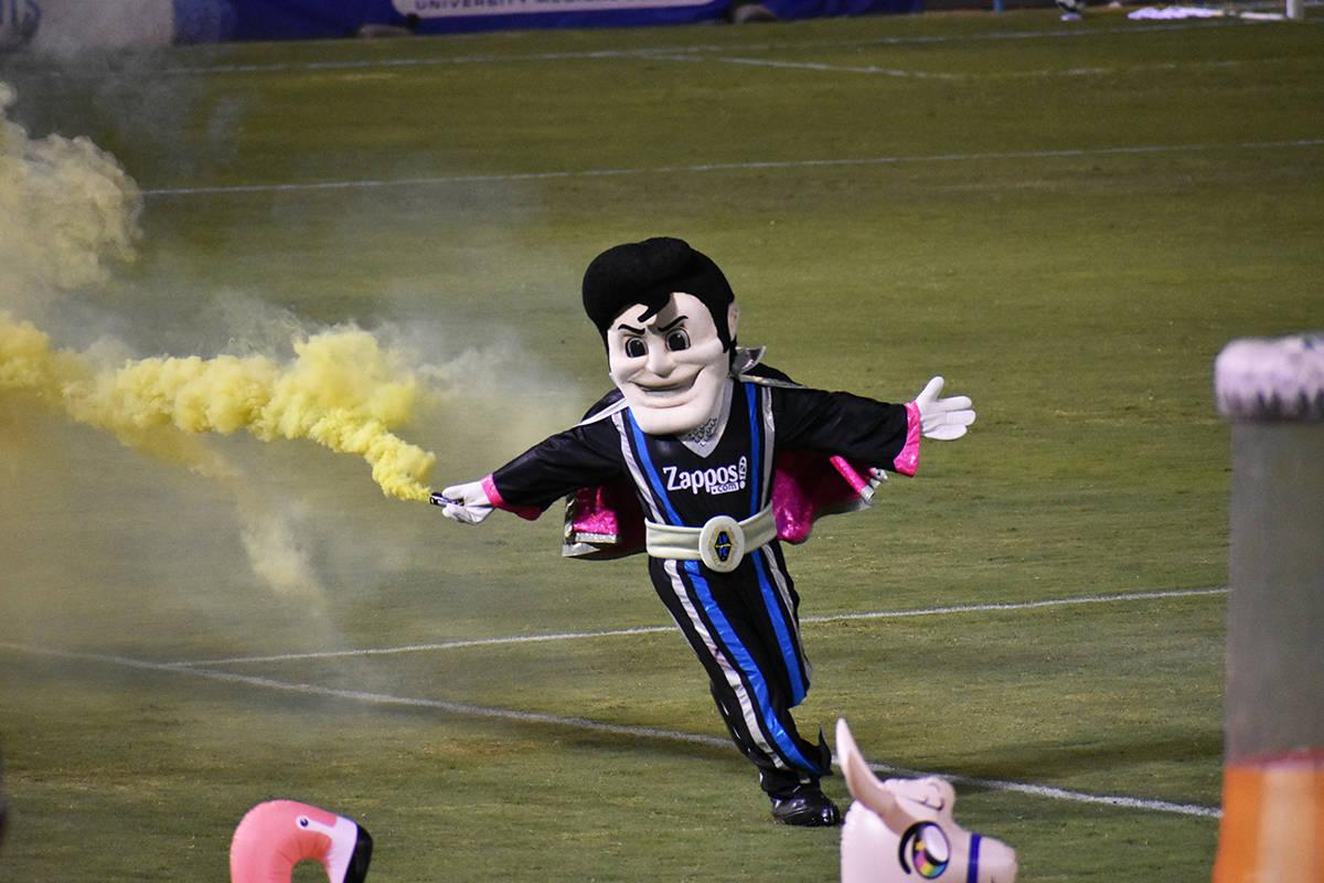 """La mascota """"Cash"""" anima cada partido de Las Vegas Lights FC. Sábado 5 de septiembre de 202 ..."""