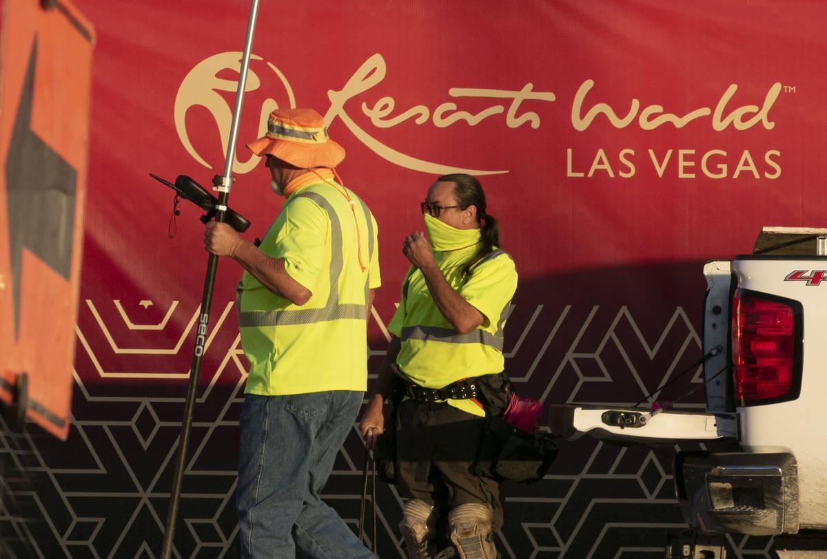 Trabajadores de la construcción en el sitio de construcción de Resorts World el lunes, 31 de ...