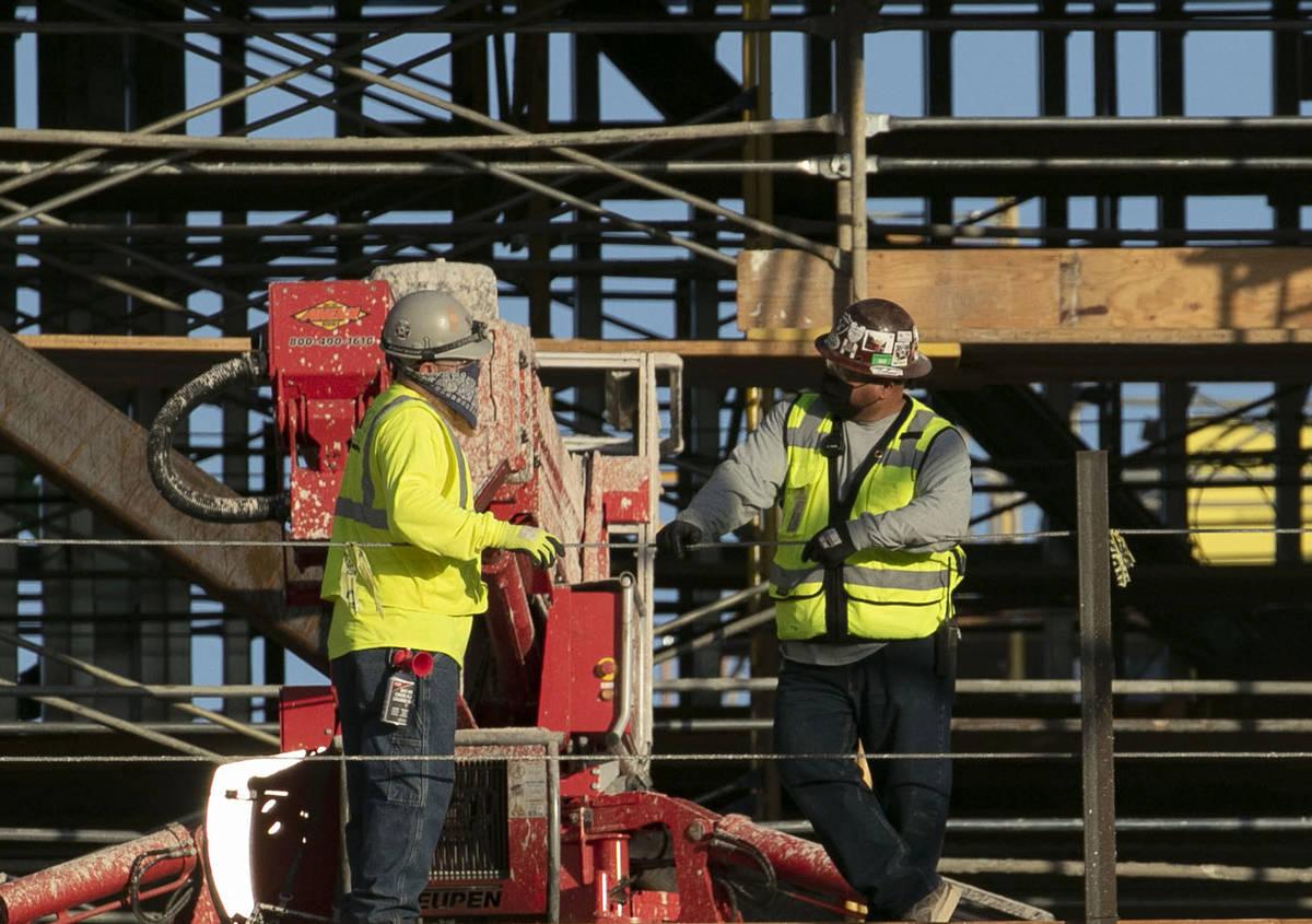 Trabajadores de construcción se toman un descanso en la obra de Resorts World el lunes, 31 de ...