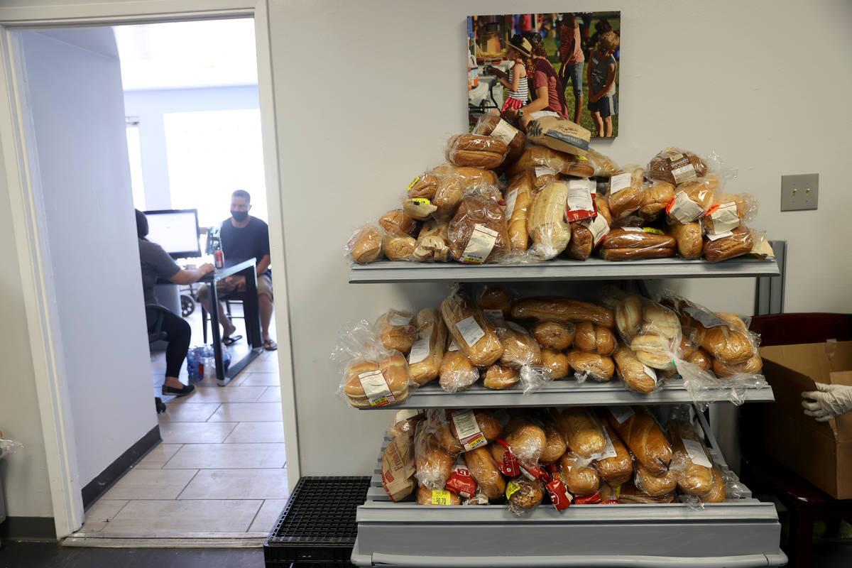 Pan disponible para la gente en la despensa City Impact Center en Las Vegas el jueves, 27 de ag ...