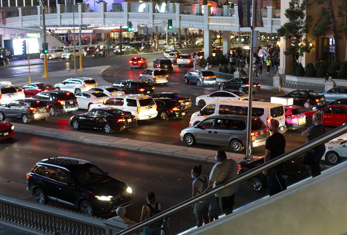 El tráfico de peatones y automovilistas aumentó en el Strip durante el fin de semana del Día ...