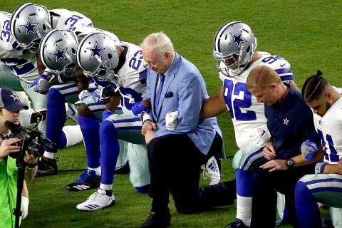 Este lunes, 25 de septiembre de 2017, en esta foto de archivo, los Dallas Cowboys liderados por ...