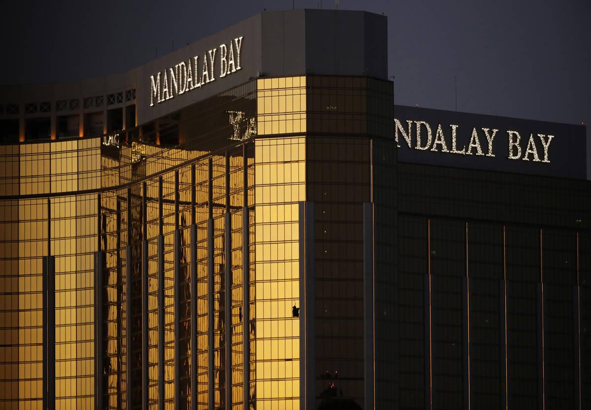 Las ventanas rotas en el Mandalay Bay de Las Vegas después de un tiroteo masivo en un festival ...
