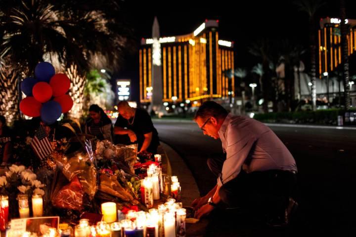 Jim Synder de Las Vegas asiste a una vigilia en recuerdo de las víctimas del tiroteo masivo a ...