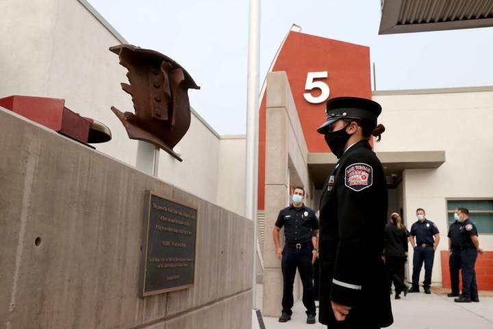 La bombera de Las Vegas, Lisa Leonard, se toma un momento con un pedazo del World Trade Center ...