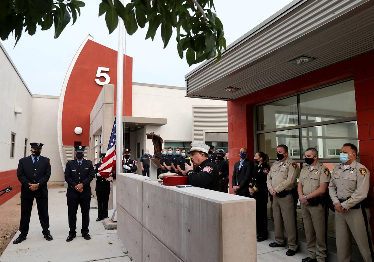 El vocero de los bomberos de Las Vegas, Tim Szymanski, anuncia por radio a todos los bomberos d ...