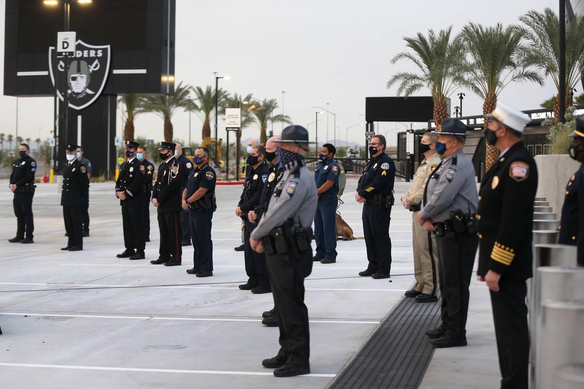 Los equipos de emergencia multiagencia participan en una ceremonia del 11-S en el Allegiant Sta ...