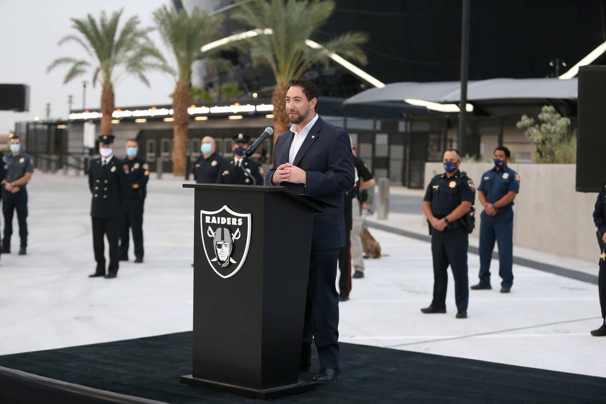 El comisionado del Condado Clark, Michael Naft, habla durante una ceremonia del 9/11 en el Alle ...