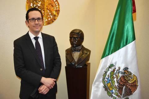 El cónsul de México en Las Vegas, Julián Escutia, posa junto a la bandera mexicana y una fig ...