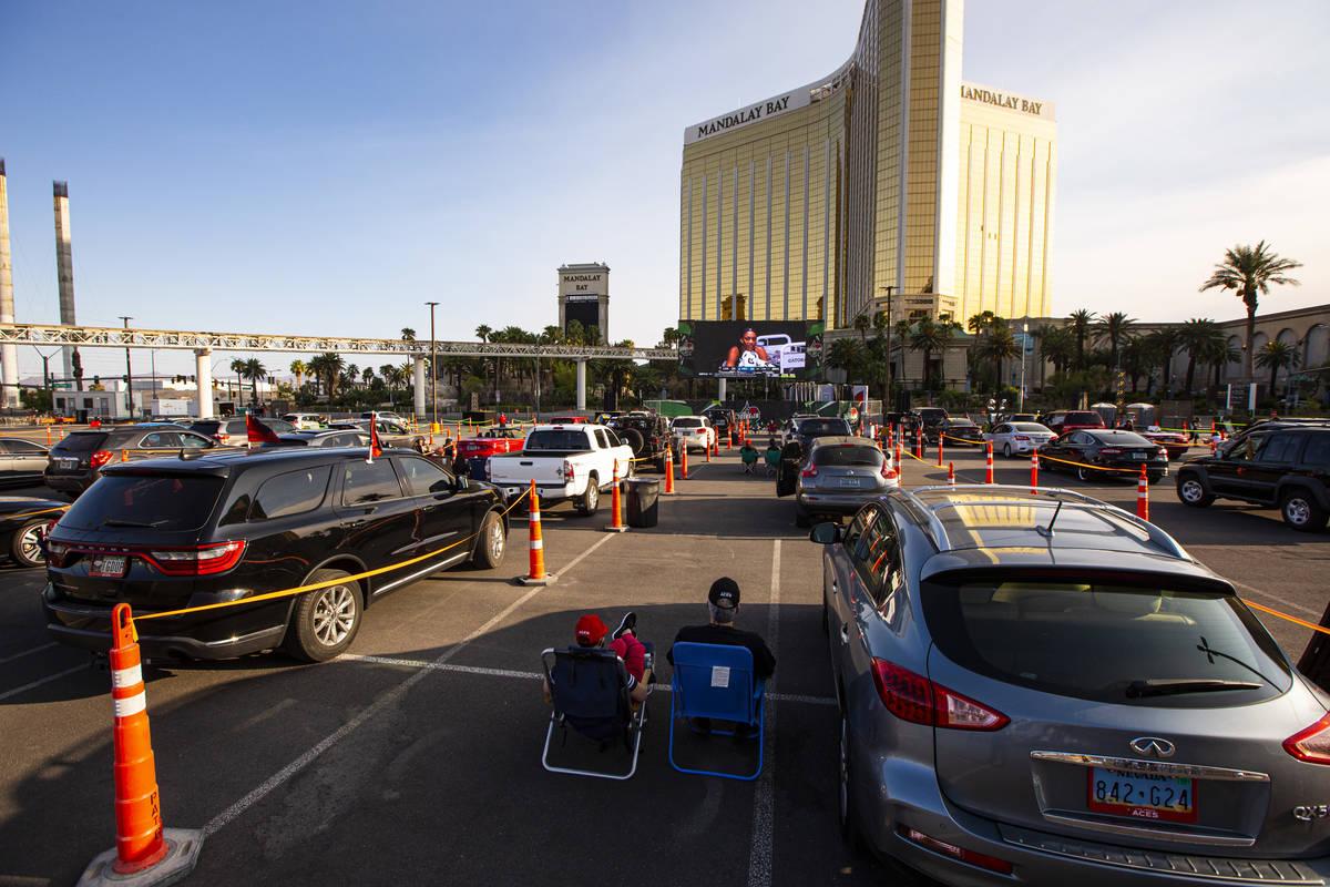 Fans de Las Vegas Aces ven la acción durante un evento de autocine del partido de la WNBA de L ...