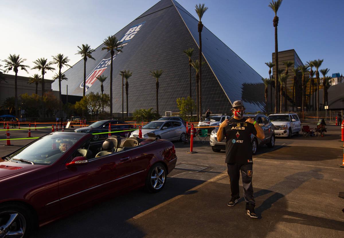 Marco Benvenuti, de Las Vegas, muestra su ropa de las Aces y los Golden Knights durante un even ...