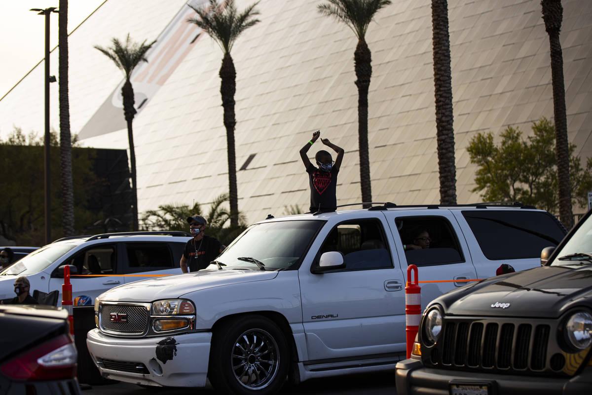 Jyrell Fletcher, de 9 años, de North Las Vegas, celebra durante un evento de autocine del part ...