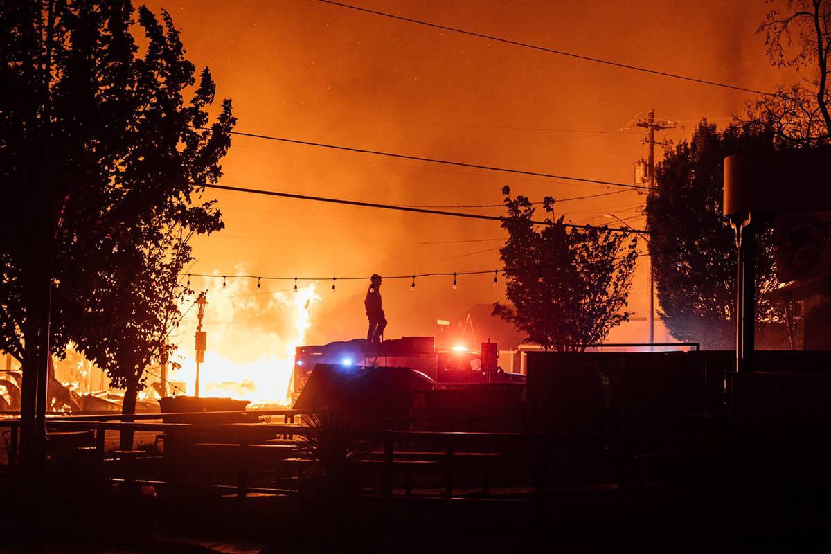 Esta foto tomada por el residente de Talent, Oregón, Kevin Jantzer, muestra la destrucción de ...