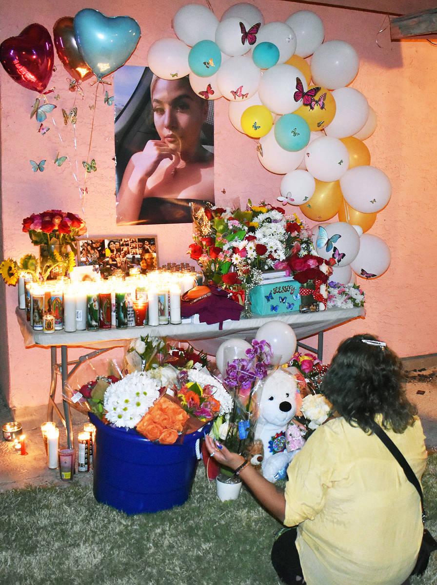Honraron familiares y amigos -en una vigilia- la memoria de la jovencita asesinada; piden se es ...