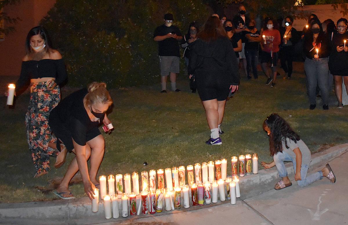 Aracely Palacio clama justicia por el asesinato de su hija Lesly. En la foto deposita una velad ...