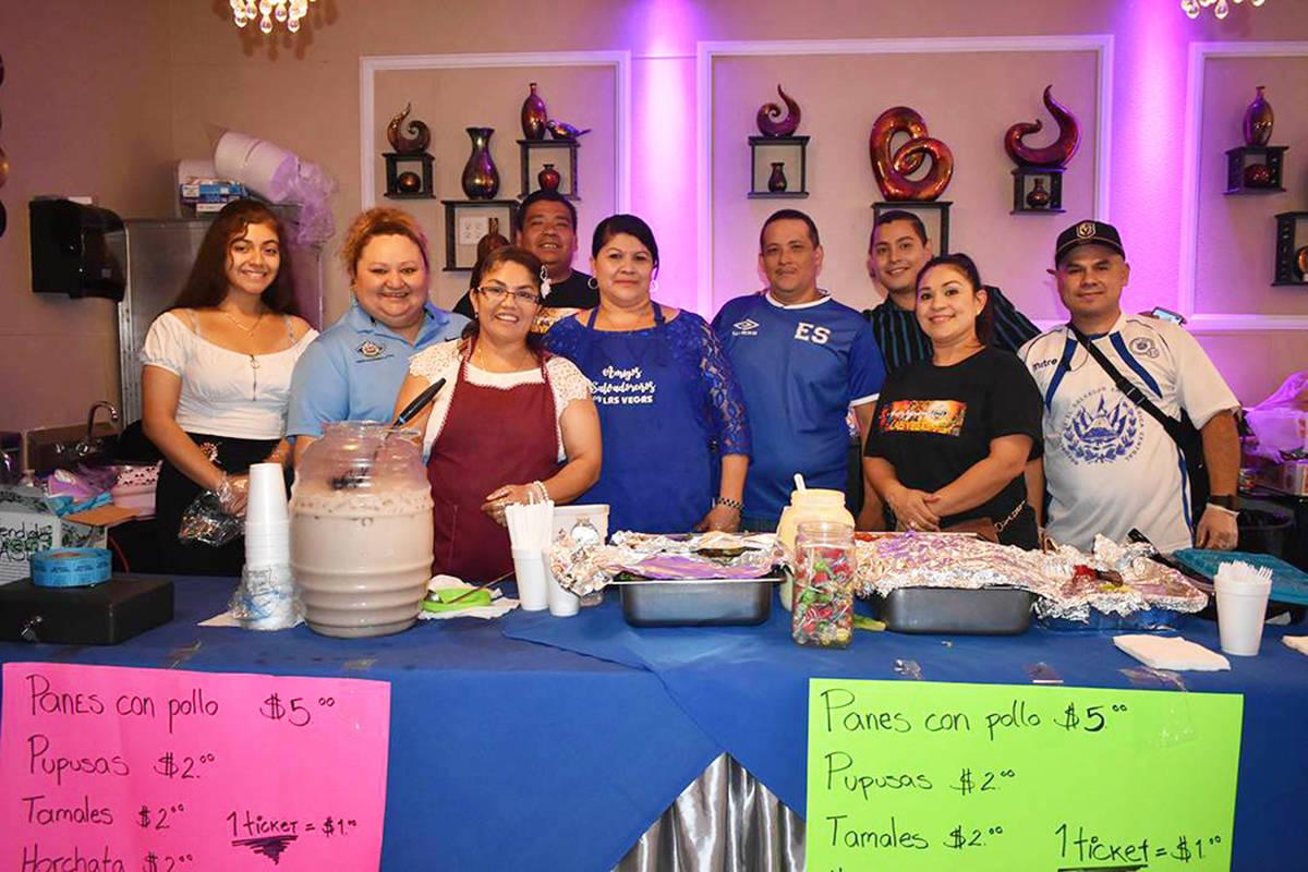 En esta foto de archivo, miembros del grupo Amigos Salvadoreños conviven durante un evento com ...