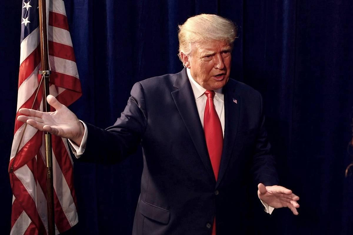 El presidente Donald Trump es entrevistado por el Las Vegas Review-Journal fuera de un mitin de ...