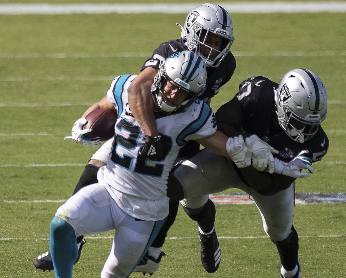 El corredor de los Panthers de Carolina, Christian McCaffrey (22), es tacleado por el defensa d ...