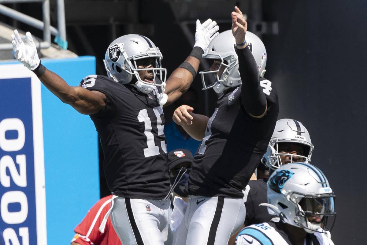 El receptor de los Raiders de Las Vegas, Nelson Agholor (15), celebra un touchdown durante el s ...