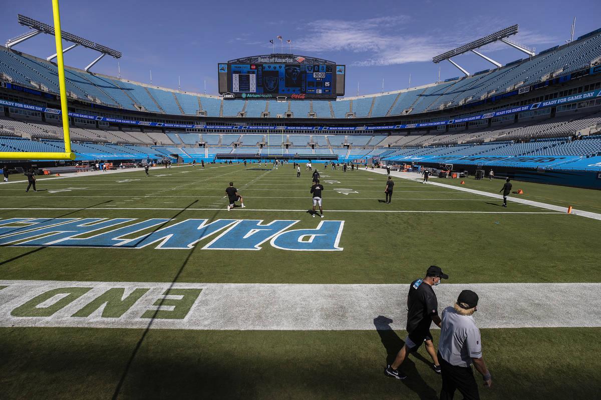 Los Raiders de Las Vegas calientan antes del comienzo de su partido de fútbol americano de la ...