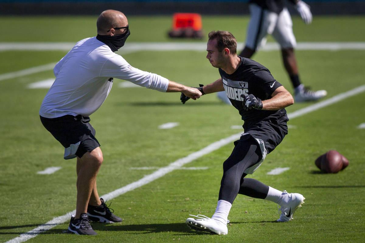 El receptor de los Raiders de Las Vegas, Hunter Renfrow, trabaja con el entrenador de control d ...