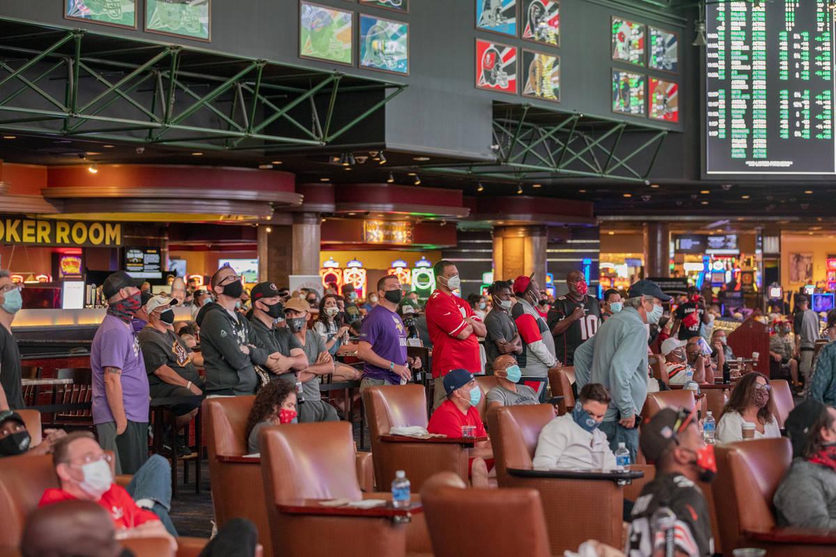 Un grupo ve partidos deportivos en el Westgate Sportsbook durante el fin de semana de apertura ...
