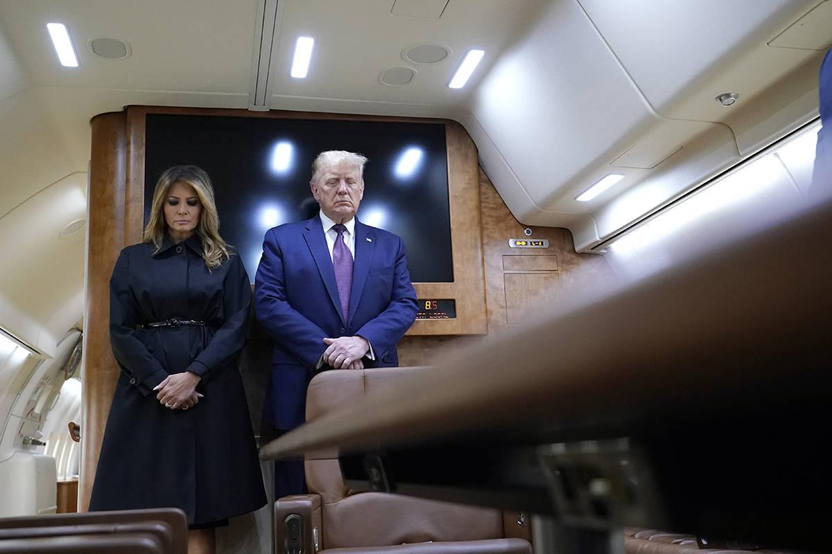 El presidente Donald Trump y la primera dama Melania Trump hacen una pausa para un momento de s ...