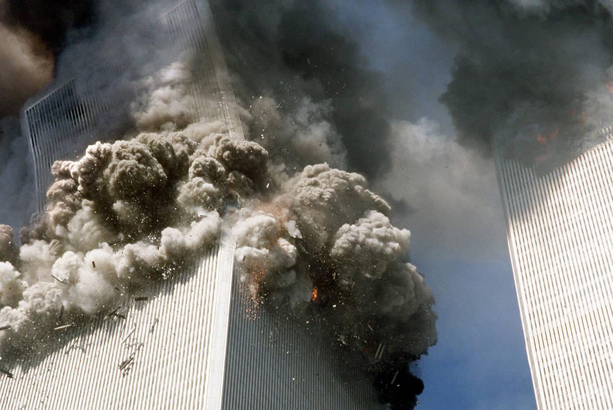 En esta fotografía de archivo del 11 de septiembre de 2001, la torre sur del World Trade Cente ...