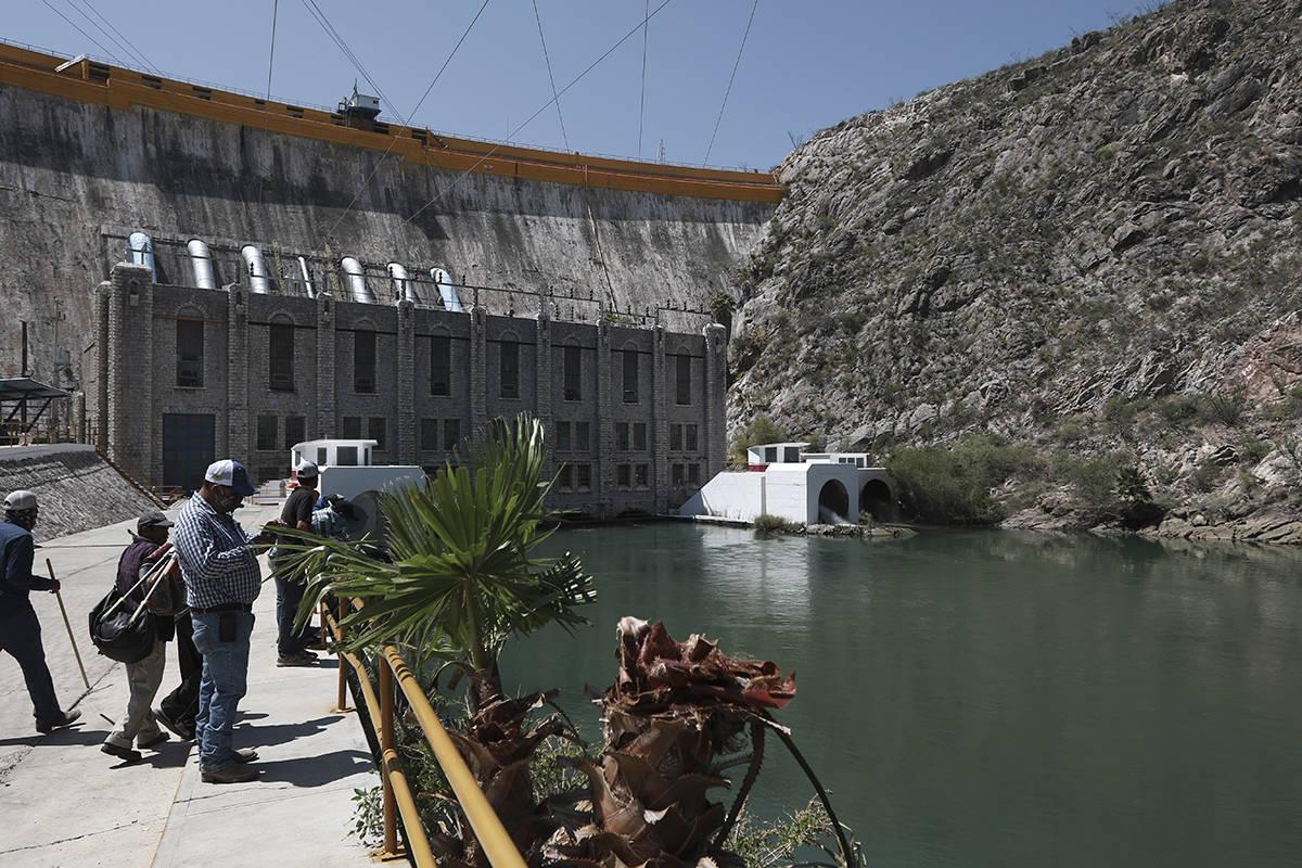 Los agricultores se paran en la represa La Boquilla, donde el martes arrebataron el control a l ...