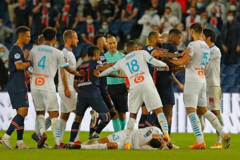 Los jugadores de PSG y Marsella se enfrentan cerca del final del partido de fútbol de la Liga ...