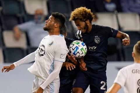 El defensor de Minnesota United, James Musa, izquierda, hace por el balón contra Gianluca Busi ...