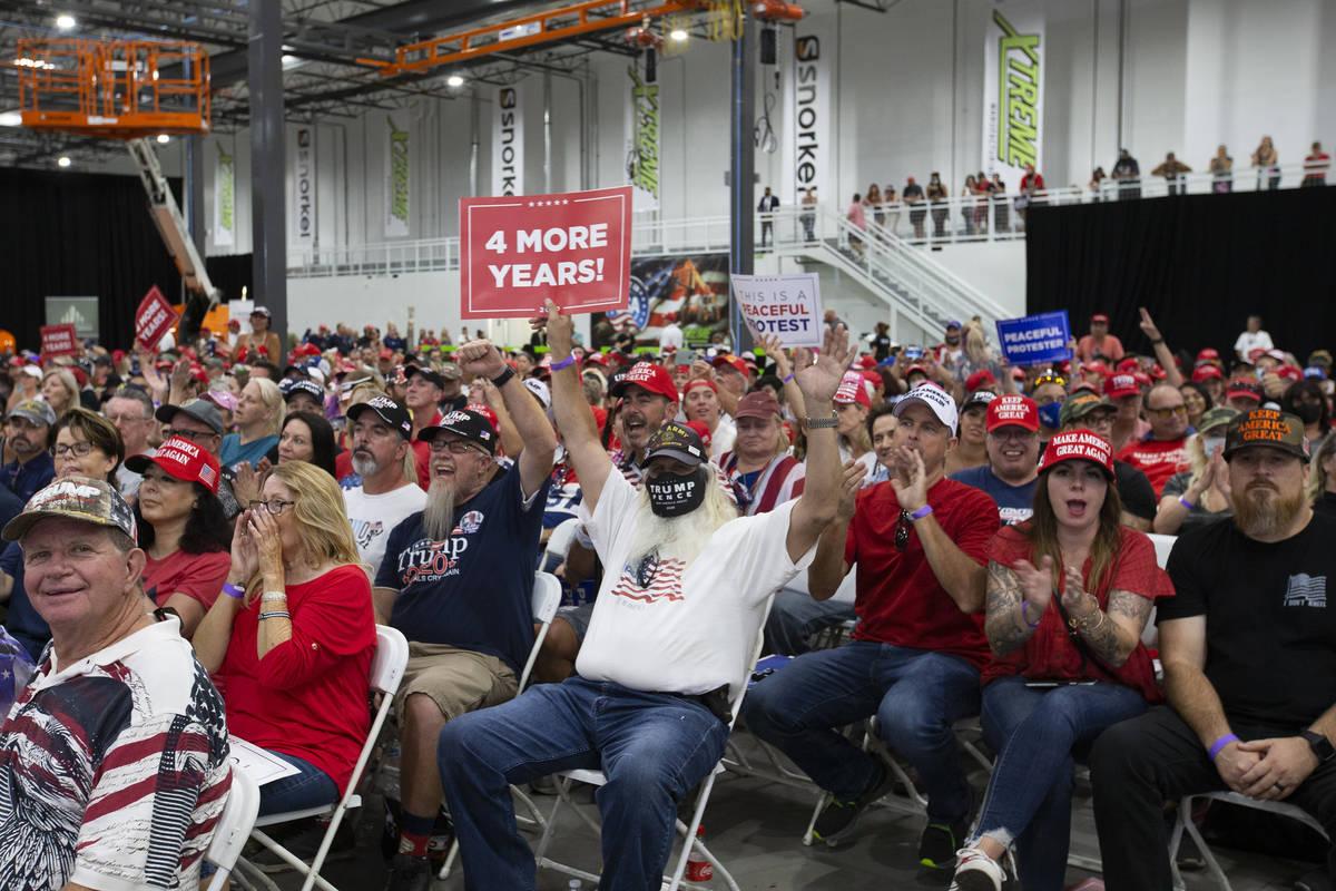 La multitud aclama a Kimberly Guilfoyle mientras habla durante un mitin de la campaña de Trump ...
