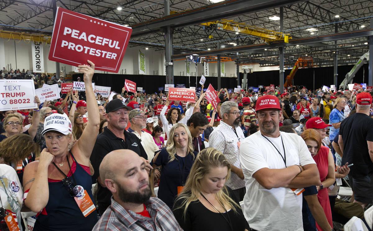 La multitud aplaude durante un mitin de la campaña de Trump en Xtreme Manufacturing el domingo ...