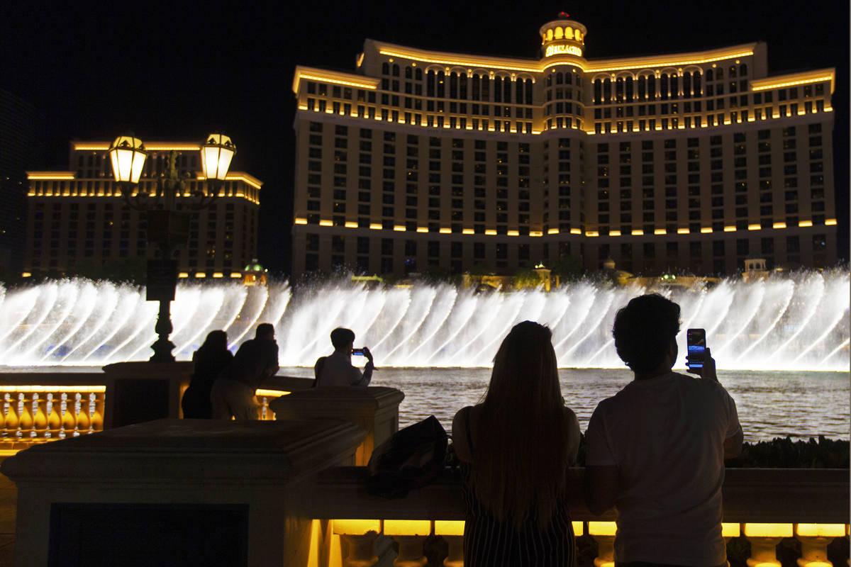 Gente ve las Fuentes del Bellagio en el Strip de Las Vegas el 1º de julio de 2020. (Benjamin H ...