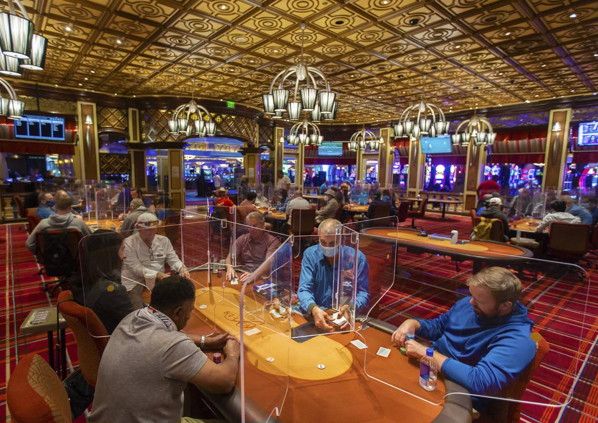 La sala de póquer del Bellagio en Las Vegas está repleta después de haber sido equipada con ...