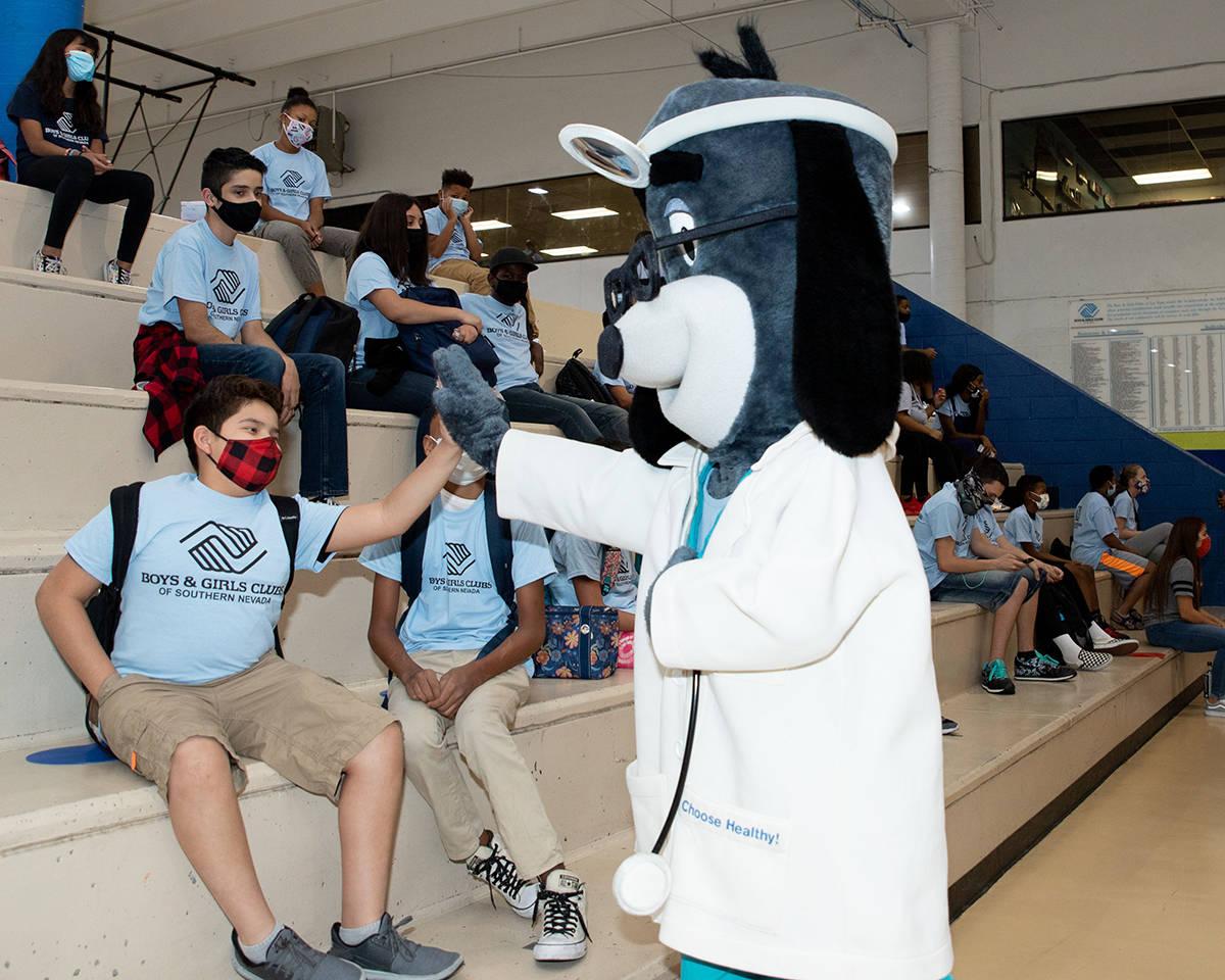 La botarga del Dr. Health E. Hound Saluda a miembros del Boys & Girls Students. Miércoles 16 d ...