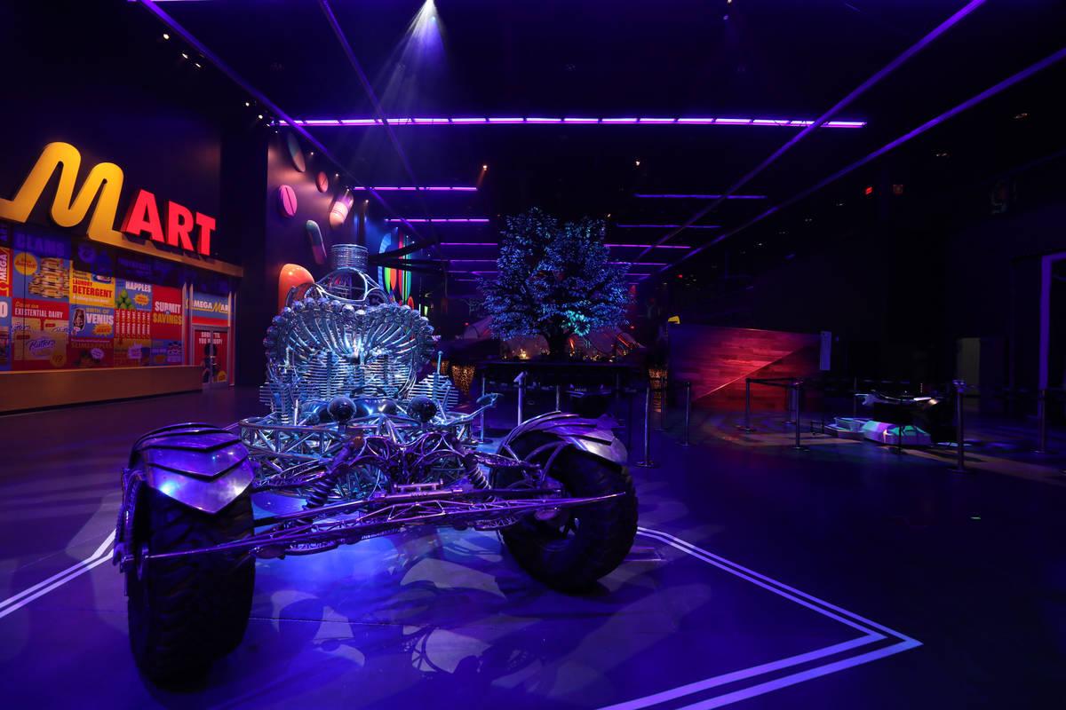 El coche de arte cinético de Henry Chang, Valyrian Steel, se ve dentro de Area15 días antes d ...