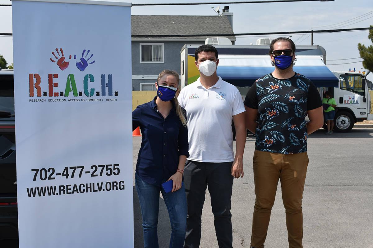 De izquierda a derecha, Rebeca, Óscar y Luis Aceves, integrantes de REACH, atendieron a la com ...
