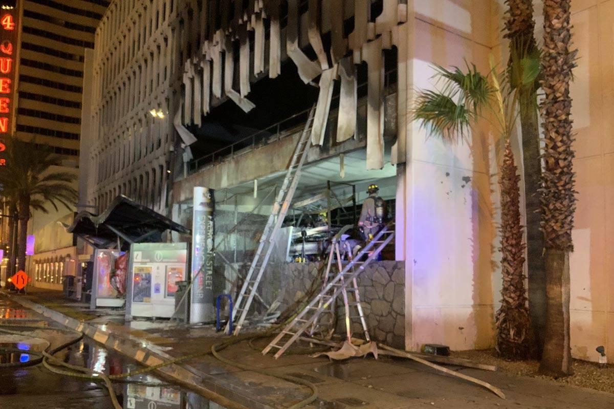 Al menos cinco vehículos se incendiaron en el primer nivel del estacionamiento del hotel-casin ...